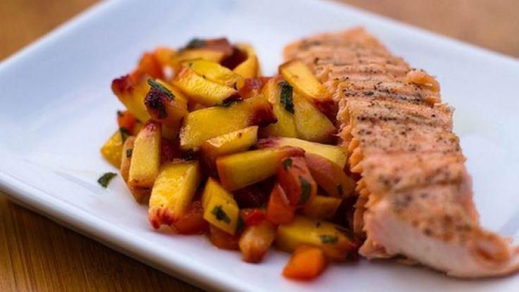 Salmone alla griglia con salsa di pesche e peperoni. Facile e gustosa. Datemi una griglia! http://winedharma.com/it/dharmag/maggio-2014/salmone-alla-griglia-con-salsa-di-pesche-e-peperoni