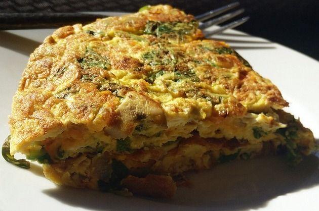 În diverse combinaţii, omleta este o opţiune gustoasă şi simplă pentru micul-dejun. Încearcă reţeta noastră de omletă ţărănească, cu cartof, smântână şi şuncă!