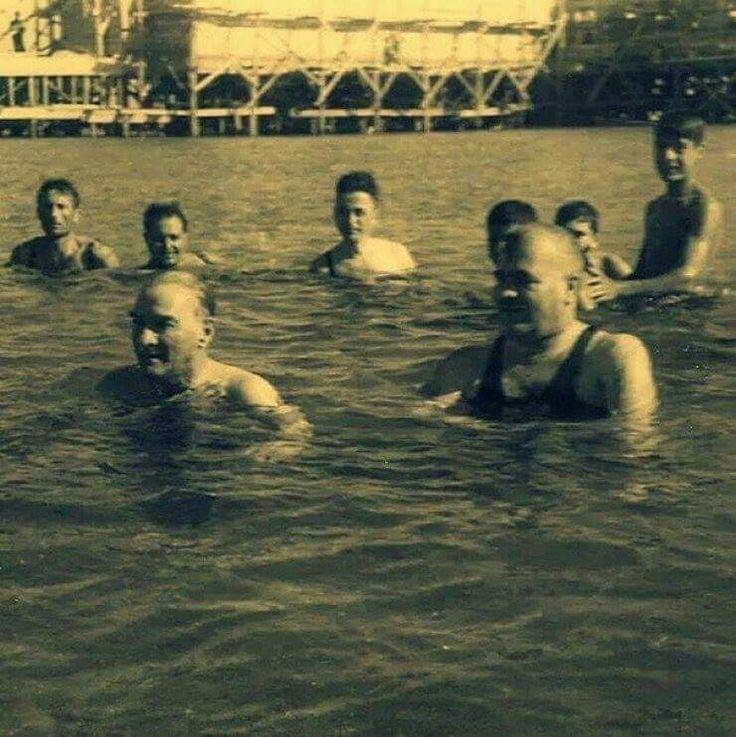 Cumhurbaşkanı Atatürk, Gençlerle Florya'da Yüzerken - 7 Temmuz 1935