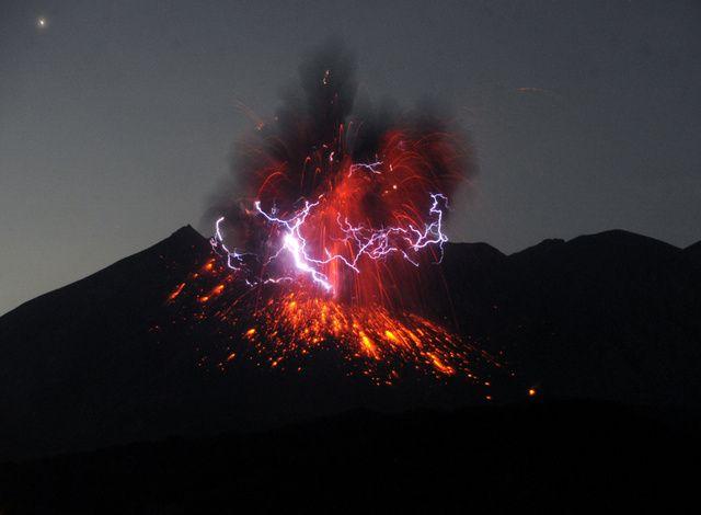 桜島が爆発的噴火、5千メートルの噴煙 鹿児島 2016年7月26日01時16分  火山雷を伴いながら火柱を上げる桜島の昭和火口=26日午前0時2分、鹿児島市