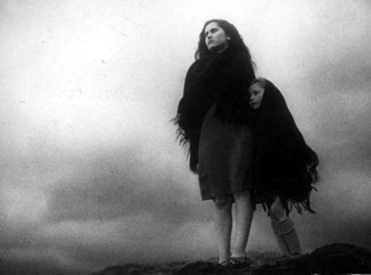 """Nasce """"La terra trema"""" liberamente ispirato ai Malavoglia di Verga, girato con pochissimi mezzi tecnici e senza sceneggiatura prestabilita. Nell'autunno 1948, viene presentato senza successo a Venezia suscitando critiche"""