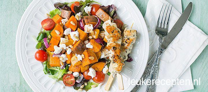 Super voor warme dagen! Deze heerlijke zoete aardappel salade met geitenkaas en kipspiesjes.