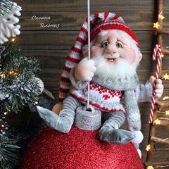 """СВОБОДЕН! Гном на ёлочном шаре - интерьерная, новогодняя кукла. Высота всей композиции около 45 см., диаметр ёлочного шара - 24 см. Положение Гнома только сидя. Ручки и пальчики гнутся - проволочный каркас. На шаре сидит сам, не зафиксирован, можно снять и посадить, к примеру, на полочку и т.д. Кукла выполнена с применением техники """"Скульптурный текстиль"""". Кроме колпака, одежда не снимается. Полностью ручная работа! Ёлочный шар декорирован тоже вручную с применением грунтовки, акри"""