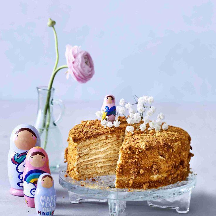 Venäläinen monikerroksinen hunajakakku on upea ilmestys. Kakku on makea, mutta omena- ja sitruunamehu taittavat  liian makeuden sopivasti.