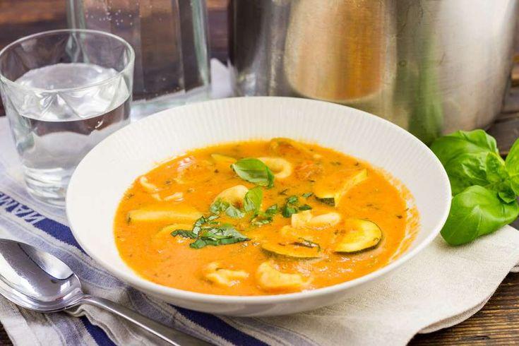 Recept voor romige tomatensoep voor 4 personen. Met water, peper, groentebouillonblokje, tomaat, geitenmelk, basilicum, tortellini (pasta), Italiaanse roerbakgroente en knoflook