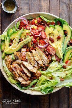 Idéale pour l'heure du dîner, pratique à emporter au bureau ou bien pour un pique-nique, la salade de Cobb, composée de bacon, de roquefort, d'œufs et d'oignons est...