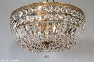 Plafonniere met kristallen 26095 bij Van der Lans Antiek. Meer kristallen lampen op www.lansantiek.com