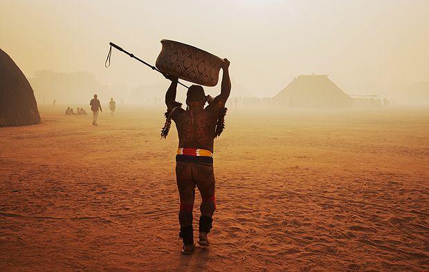 Livro reúne informações sobre as 252 etnias indígenas que restam no Brasil. Por Marcelo Leite  Foto:CANARANA, MT, 14.08.2016: INDÍGENA-MT - Indígenas de outras aldeias do Parque Indígena do Xingu, no Mato Grosso, chegam para participar do Quarup na aldeia Yawalapiti. (Foto: Lalo de Almeida/Folhapress) ATENÇÃO - PROIBIDO VENDER ESTA IMAGEM - DIREITO DE IMAGEM DOS INDÍGENAS