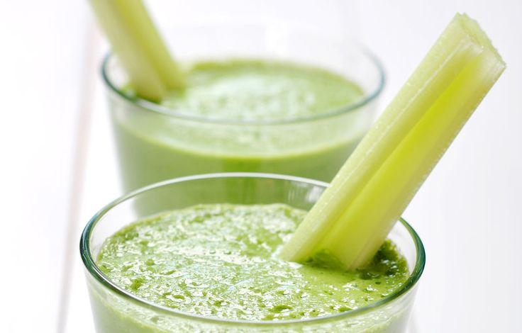 Einfacher und zugleich leckerer grüner Smoothie, dessen Namen sich von einer Zutat ableitet, nämlich der enthaltenen Ananas. Schmeckt erfrischend lecker und kommt dennoch auf eine ordentliche Portion Blattgrün.  Green Hawaii - Zutaten  2 handvoll Spinat ca. 1/3 Salatgurke 1-2 Stangen Sellerie ca. 150 g Ananas 1 Banane Wasser  Zubereitung Schritt 1: Zutaten reinigen