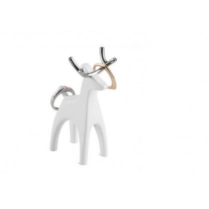 Seria Anigram składa się z kilku różnym mini stojaków. Kształtem przypominają różne zwierzęta. Każdy stojak wykonano z białej emalii z pięknymi chromowanymi wstawkami. Kolekcja Anigram to nie tylko praktyczny wieszak na pierścionki ale także oryginalna ozdoba na biurko lub komodę. Idealny pomysł na prezent dla każdej kobiety.