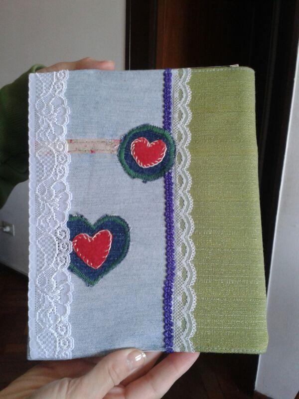 cobertor desde atrás con puntilla elástica como marcador de páginas