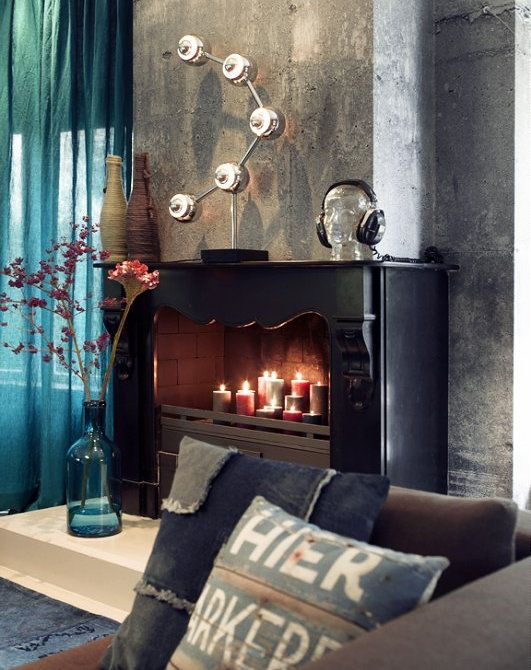 Blauw en betonkleuren. Haard met kaarsen, geweldig!