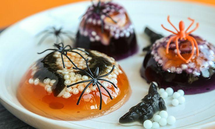 Denne enkle Halloween-desserten trenger du kun tre ingredienser for å lage: Gelé, krokodiller i vingummi og kakepynt.