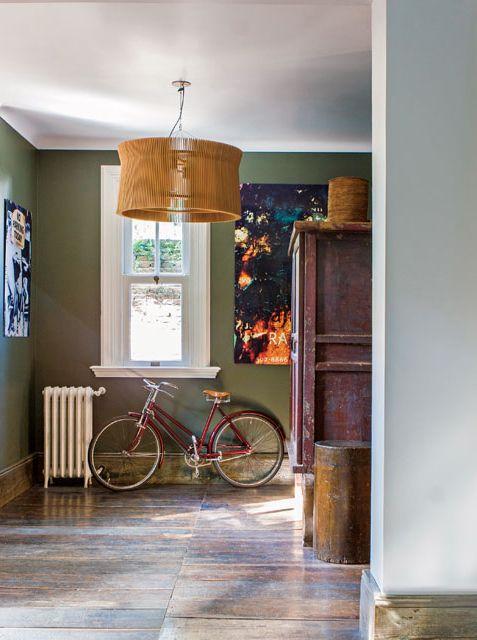 El hall de esta casona, además de un ropero chino de madera (Collector's Bazaar), tiene una lámpara colgante Net.