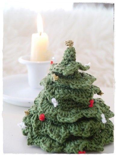 hübsches gehäkeltes Weihnachtsbäumchen - kostenlose Anleitung bei bzw von versponnenes; cute crochet christmas tree - free pattern in German by versponnenes
