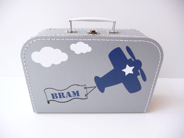 Koffertje met naam en vliegtuig. Erg leuk kraamkado, kraamkoffertje