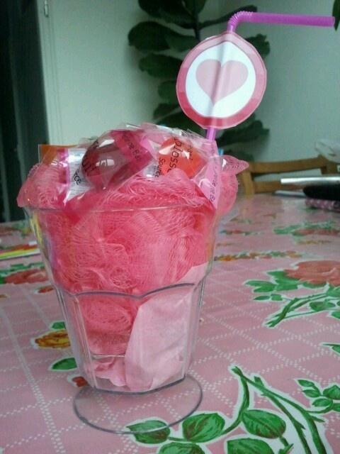 Ijscoupe van badspons en badparels in een ijscoupeglas. Rietje met wat leuks erom heen...klaar!!!