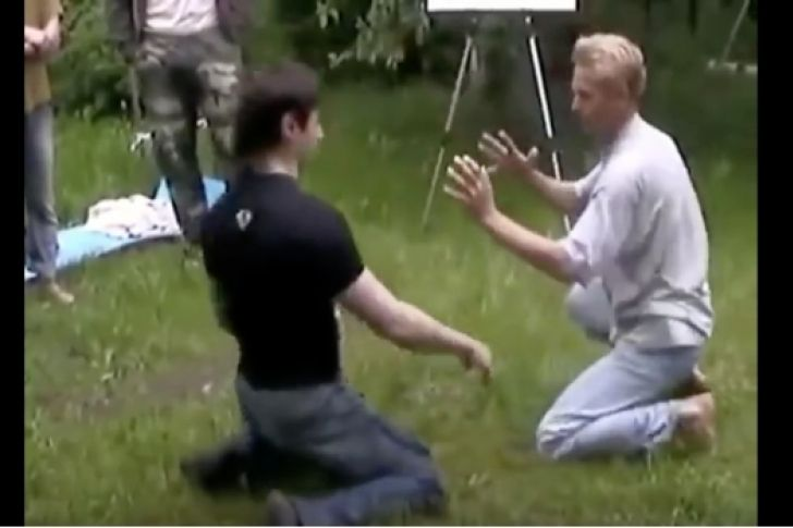 """En el momento en que el varón se enfrentó con su contrincante, este cayó en menos de un minuto.</p> <p>Existen múltiples técnicas de artes marciales, pero esta simplemente no la habíamos ni escuchado, y quizá sea porque el protagonista del video quizá se la sacó de la manga. Se llama """"Escudo de energía"""".</p>"""