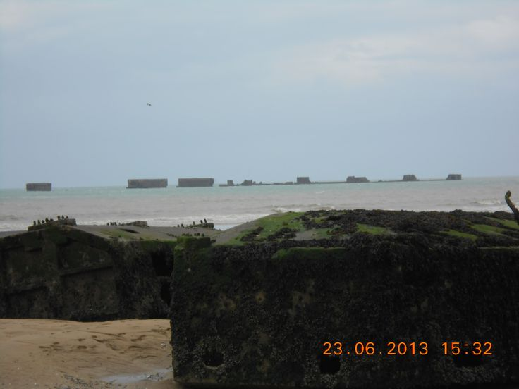 de restanten van de grote chassoins die de geallieerden gebruikten voor de aanleg van de tijdelijke haven tijdens de bevrijding