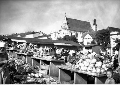 Lublin, Targ warzywny w Lublinie. W tle widoczny kościół Karmelitów Trzewiczkowych p.w. św. Józefa.