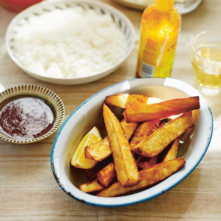Deze cassavefriet is een alternatief voor onze eigen patat, want zoals wij hier op allerlei manierenkoken met aardappels, doen ze dat inZuid-Amerika met de cassavewortel.Koop cassaves met een fris ogendeschil en wit vruchtvlees....