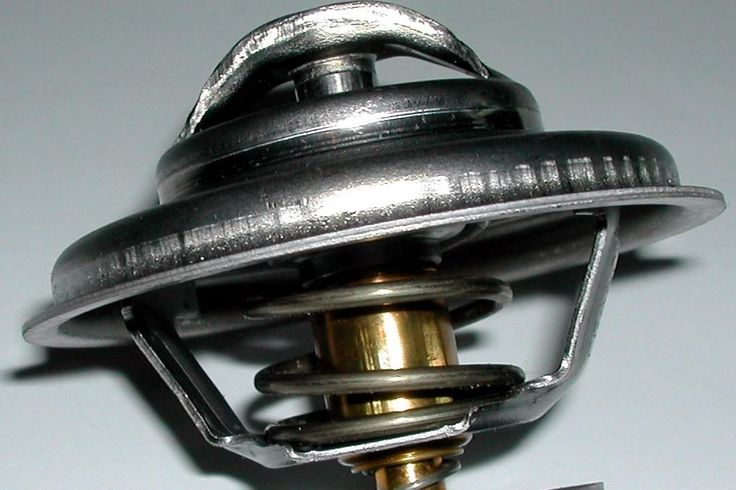 l termostato all'interno dell'automobile ha il compito di generare un rapido riscaldamento del motore con partenza a freddo e di conservarne la corretta temperatura durante tutto il funzionamento. Questo dispositivo mantiene la giusta temperatura del liquido di raffreddamento del motore, parametro essenziale per il funzionamento del veicolo.
