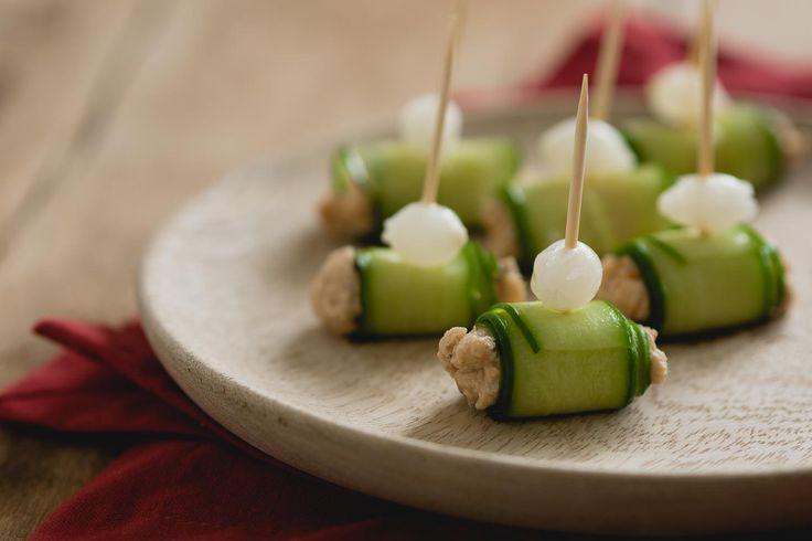 Op zoek naar een snel verjaardags hapje? Deze zalmsalade komkommer rolletjes zijn snel te maken, maar heerlijk om te serveren bij je feestje.