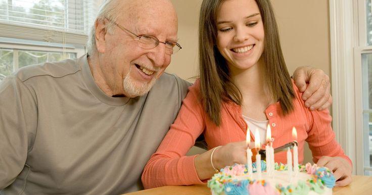 Ideas únicas para un regalo de cumpleaños número 75. Los regalos para un cumpleaños número 75 algunas veces pueden ser poco originales. A menudo los regalos son genéricos y con falta de sentimiento, o son regalos de broma que los adultos de 75 años nunca podrán usar. Los regalos pueden ser creativos y sentimentales si pones un poco de empeño en ellos. Dale al cumpleañero en tu vida un regalo que lo ...