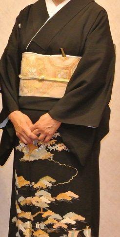 DSC_8332.JPG(新暦)6月7日は次男の結婚式でした。留袖を袷にしようかと思っていましたが、亡くなった実家の義母の留袖があるのを思い出し、単衣に仕立て直してもらうことにしました。この留袖は大彦の先代が創られたものです。見事な染と刺繍で、見ているだけで惚れ惚れします。ただ問題は義母の留袖は昔大阪で袖丈を短くする流行があって、二寸もない程短くて、そのために母が亡くなった後も何枚かの着物はそのまま仕舞ってあったのです。昔からずっと御世話になっている呉服屋さんに相談すると、何とかしてみますということで、どうなることやらと思っていたら、式の2週間前に見事に普通の袖丈になった単衣の留袖を送り届けて下さいました。もちろん比翼にはちゃんと絽の白生地が付けられていました。当たり前ですが…。後から伺うと、どうしても短すぎるところはぎりぎりのところで縫い代を付け足して下さったとか。まさにプロの仕事だと感心しました。帯も義母のもので、花菱文の金銀の綴れの名古屋帯です。帯締めも金銀。帯揚げは白の綸子地に雲の無地です。