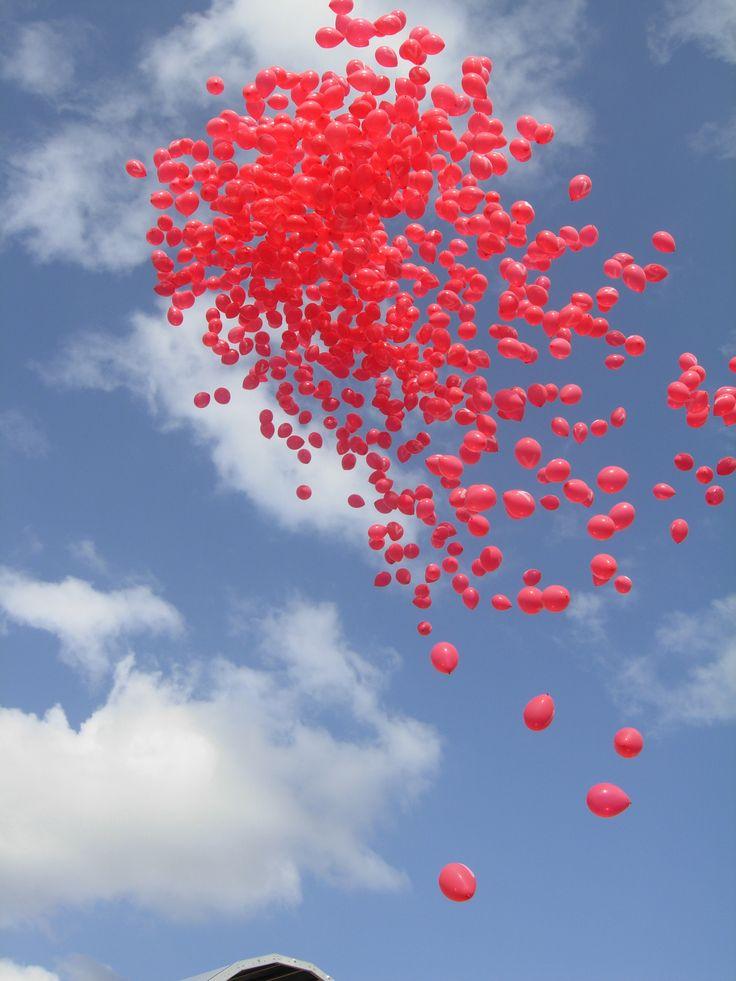 Suelta de globos con cinta y mensaje