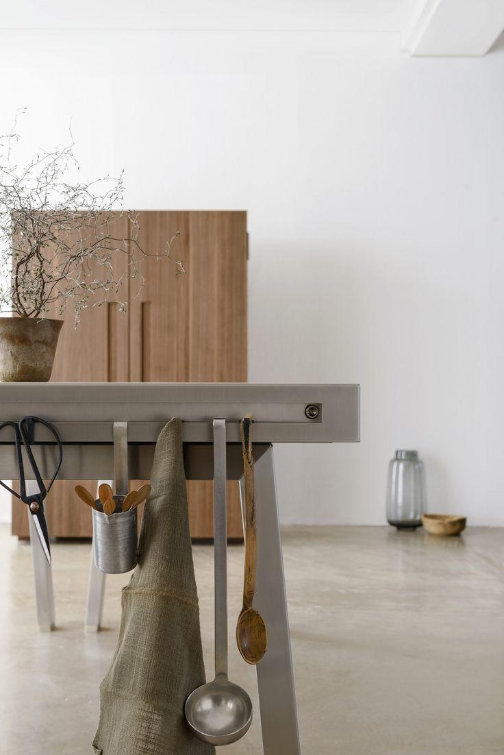 Der seitliche Abschluss der Werkbank bietet Ihnen die Möglichkeit, verschiedene Behälter und Küchenwerkzeuge einzuhängen.
