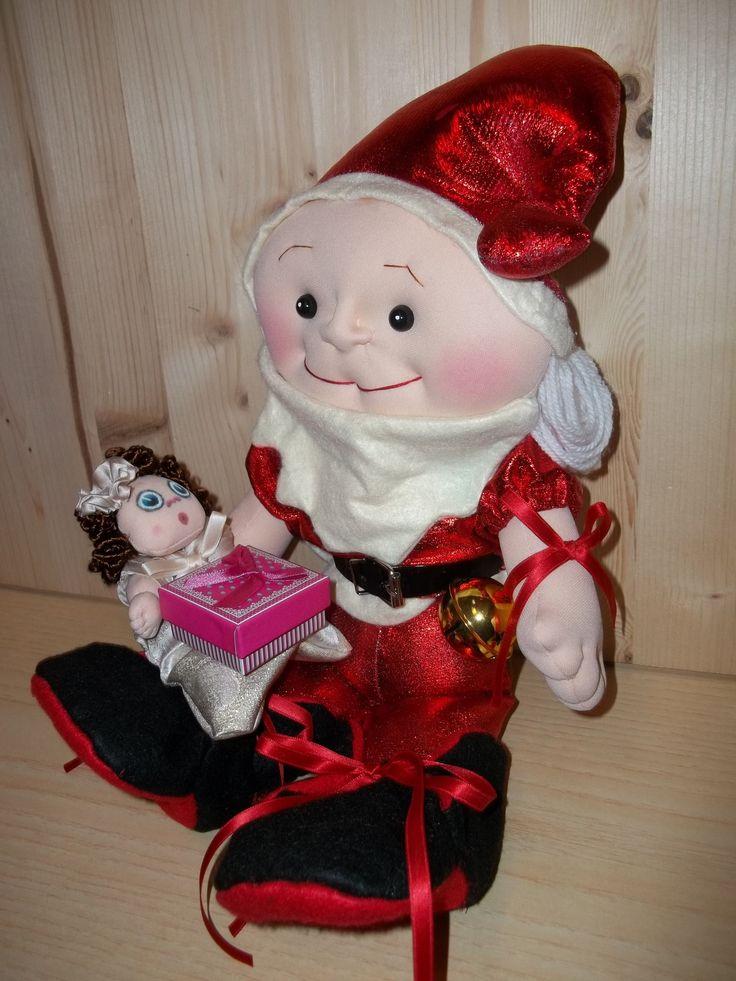 """Decorazione-Natalizia-fatta-a-mano. Babbo Natale tutto fatto a mano, nei dettagli, disegno mio. Alto cm. 46. Mani, piedi e volto Scolpito ad ago. Il piccolo Bimbo può stare in piedi o seduto, muove braccia e gambe, ha una tutina """"Pigiama"""" tutta in tessuto poliestere Jacquard ecru oro, Lurex oro broccato, rifinito con sbieco di raso. Piccole manine scolpite ad ago. Visino dipinto.  Questa Decorazione Natalizia fatta a mano è un PEZZO UNICO. Rossella Usai"""