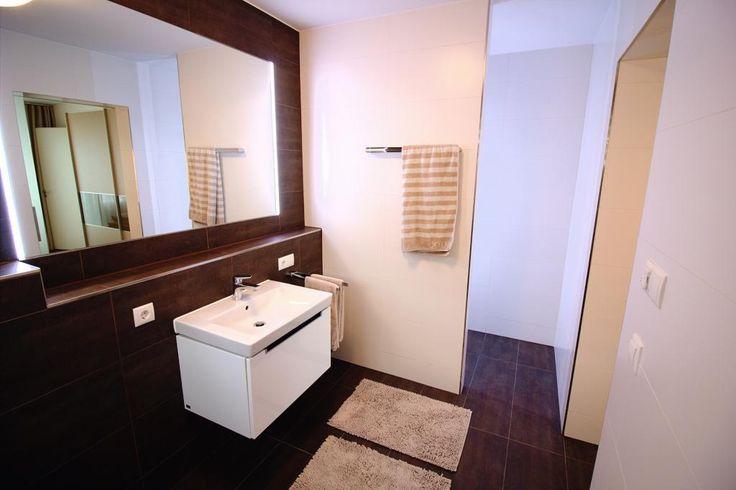 Geräumiges Badezimmer in dunklen Brauntönen. Wohnung in München-Schwabing-Freimann