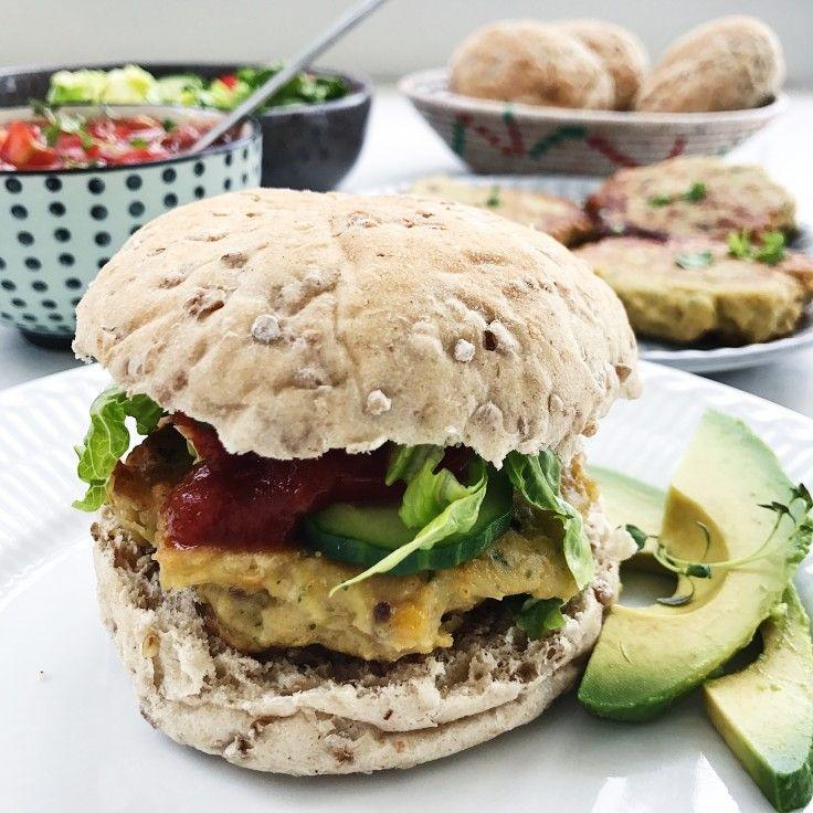 Kikærtebøffer smager fantastisk i en vegetarburger. Denne opskrift på kikærtebøffer er med masser af smag og kraft og er helt perfekte!