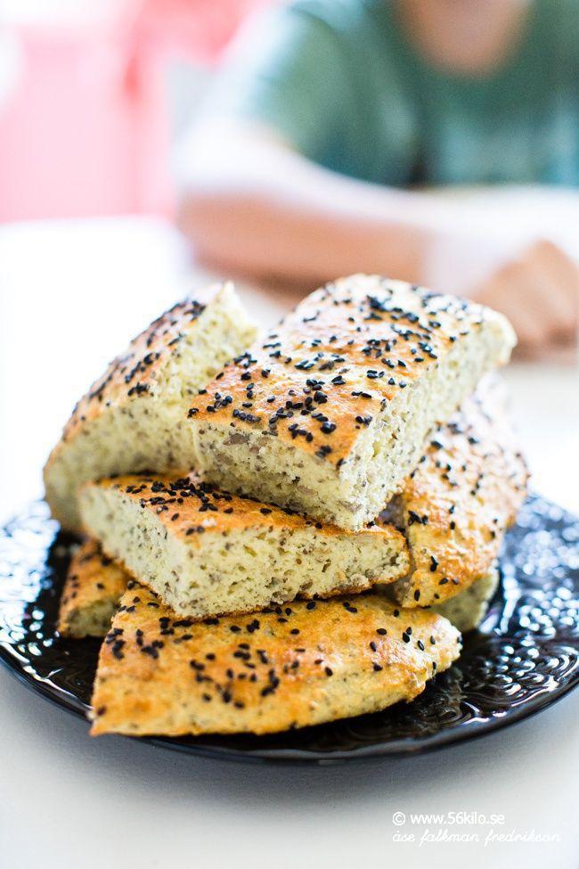 """Uppdaterat 9/2-2013 med nya bilder och nya instruktioner! SÅ roligt att detta brödet är så populärt! Det är mitt favoritbröd numera också! Jag var sugen på """"mackor"""" idag så jag svängde ihop detta, blev riktigt gott att rosta! Du kan även addera till 1 dl nötter/frön. Tex 1/2 dl hackade hasselnötter + 1/2 dl solroskärnor. […]"""