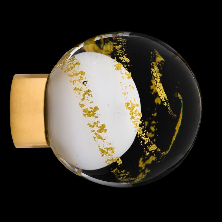 Bouton de meuble en verre gamme  Prestige fait main dans nos ateliers Bouton de meuble Malo Volutes sphérique diamètre 35 mm Bouton disponible avec un décor de volutes d'Or 24 carats ou avec un décor de volutes d'Argent pur, couleurs du design intérieur disponibles : noir, blanc ou incolore. Montages possibles : - uniquement sur embase avec vis (filetage Ø 5 mm) finitions disponibles pour l'embase (laiton poli, nickel satiné, chrome et plaqué or). Fabriqué en France – Bretagne – Ile de…