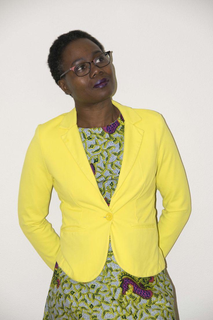 Koelt het af dan trek ik deze gele blazer aan. Fijne #vlisco outfit voor een avondje uit. Je kunt er ook een leuke corsage of broche opspelden.