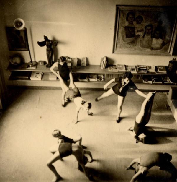 Lisa Ponti: ginnastica nella casa di via Brin negli anni Trenta  via Domusweb  >  http://super-urbano.com/2013/02/26/pontis-lifestyle-or-the-importance-of-being-an-architect/    #gio #ponti #architecture #domus