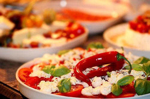 Tomat & mozzarellasallad med chili & basilikadressing – Kryddburken
