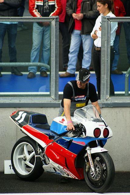 La Honda RC30 d'Yves Génies et de Robert Doron qui a dominé l'épreuve en post-classic