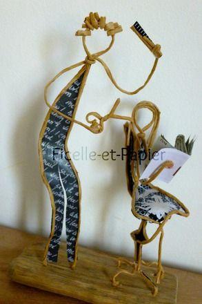 Figurines en ficelle de kraft armé et papiers originaux   Voilà un jeune coiffeur bien dans ses baskets et qui manie peigne, ciseaux et sèche-cheveux avec dextérité !  Dim - 20061362