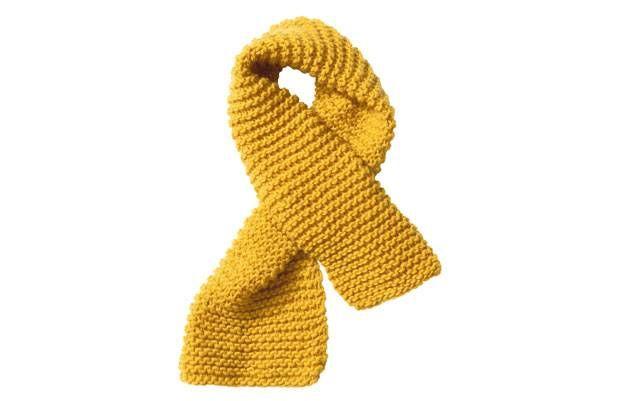 Unser gelber Schal aus Schurwolle ist einfach und schnell gestrickt, sieht aber edel und aufwendig aus. Der gelingt auch Strickanfängern.
