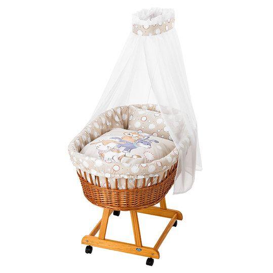 Hübscher Weidenkorb mit Matratze, Himmel und Bettwäsche-Set.