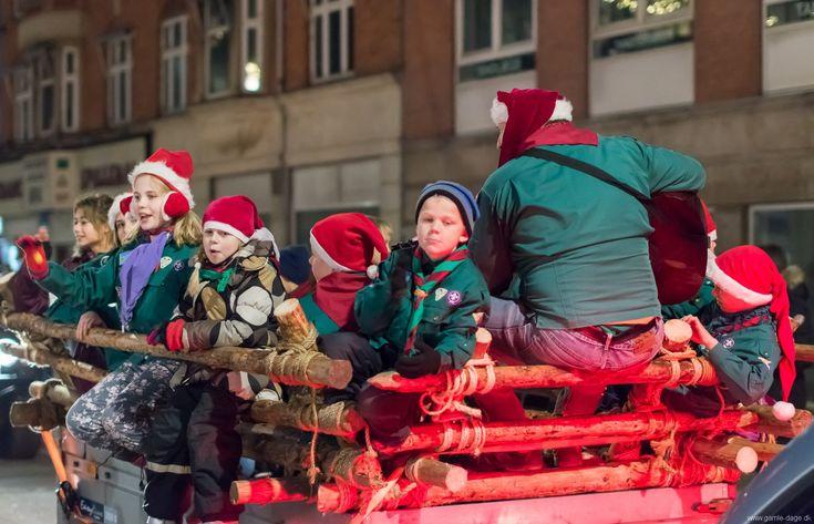 Juleoptog på Amagerbrogade, 2013. Da jeg sidste år skrev om juleparaden på Amagerbrogade, var jeg ikke ovenud begejstret. Optoget var noget mindre end de foregående år, og jeg kaldte det dengang et amputeret juleoptog. I år var det heldigvis kommet på ret køl igen, og det lignede den gammelkendte parade. #Juleoptog #Juleparade #Amagerbrogade #Jul