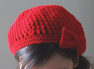 crocheted beret, made with a Puff stitch pattern and embellished by a bow on a side!