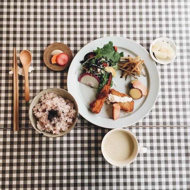 今日のお昼はTottoriカルマさんでsunclさんのお料理をいただきました初めてのデリプレートを遅めの午後だったのでのんびりとゆったりとできました食後にはフルーツの米粉のマフィンとチャイをいただきました本当に美味しかったです #vscocam #vscom #vscogram #instafood #food #foodlovers #delicious #eating #foodpic #foodpics #lunch #料理 #野菜 #vegetable #iphone #Tottoriカルマ #suncl #鳥取