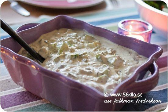 """Syrran gjorde en sådan god """"potatissallad"""" i går, jättegott!!! 4 portioner 1 stor skalad och tärnad zucchini 1/2 finhackad purjolök 30 g smör 1/2 dl majonnäs 2 dl gräddfil eller creme fraiche 1-2 msk fransk senap 1 tsk hackad kapris salt och peppar Fräs zucchini och purjo i smöret, salta och peppra lite, låt de […]"""