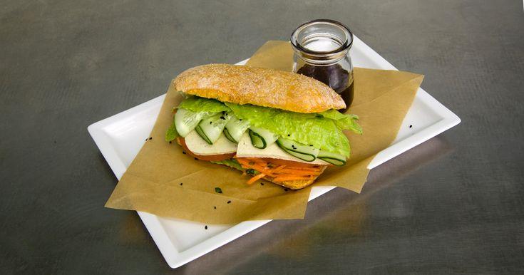 Овощной сок, сэндвич с тофу и конфеты без сахара создательницы сети детокс-баров Clear Barn