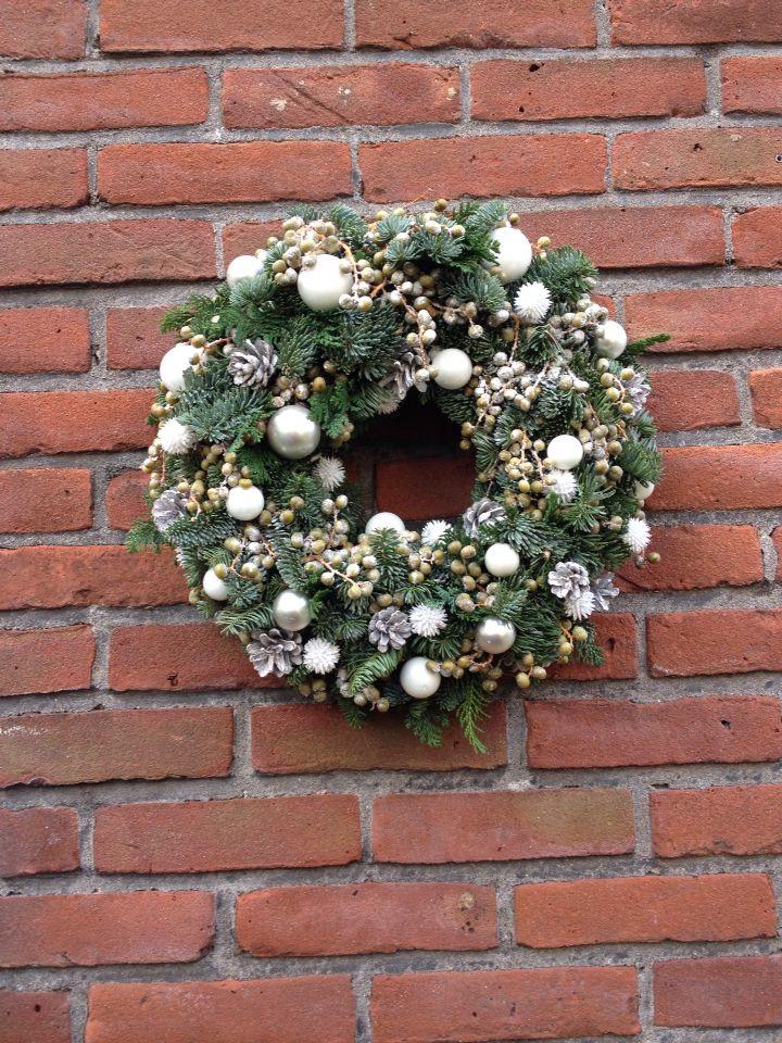 White decoratie, 3 types of green for a winter christmas wreath Witte decoratie, dadeltakken en 2 soorten groen voor een winter kerstkrans