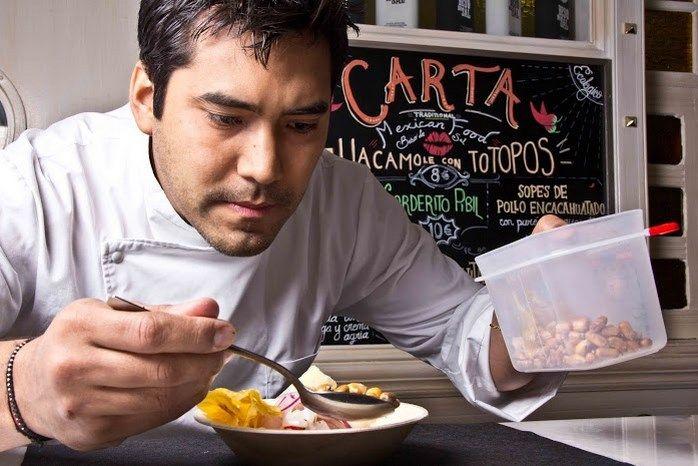Kiko Zeballos, chef de Kinua Perú Food, da los últimos toques al ceviche.